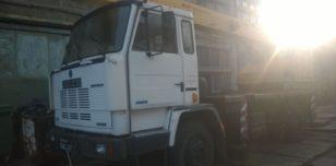 Dźwig ciężarowy przed piaskowaniem